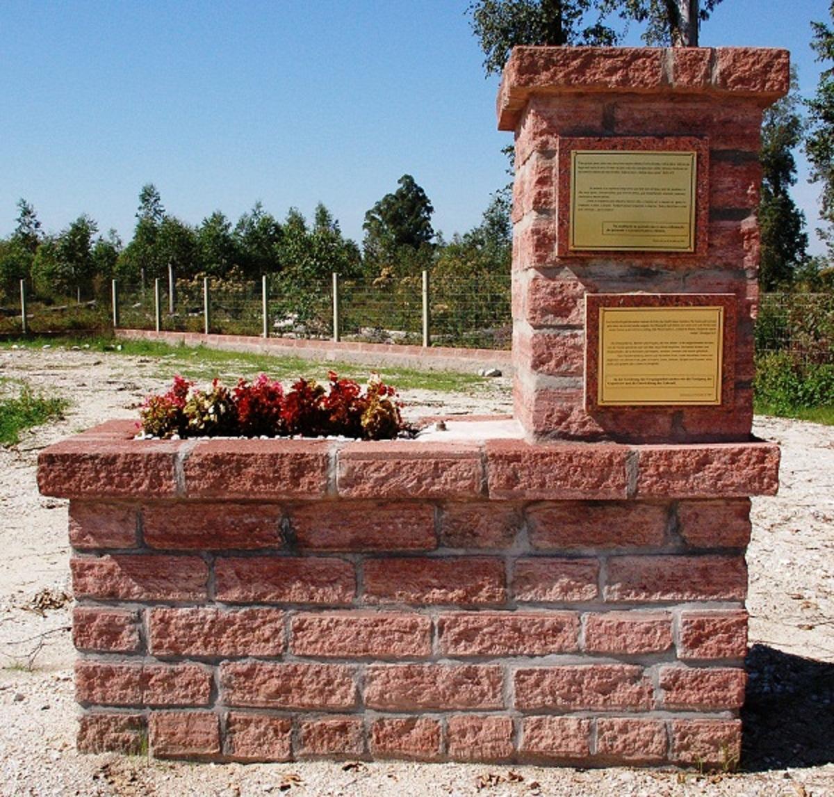 Agudo 026 1200pix Monumento com placas e entorno